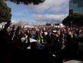 صور.. سائقو التاكسى ينظمون إضرابا أمام معرض سياحى بمدريد