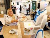 يحدث فى المجر.. روبوتات بتقدم الطعام والشراب للزبائن وترقص مع الأطفال × 7 صور
