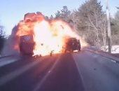 زى السيما.. انفجار سيارة بعد اصطدامها بمقطورة ..السواق خرج سليم.. فيديو