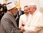 شاهد.. المودة والتسامح يتجسدان فى سلام شيخ الأزهر والبابا فرنسيس بالإمارات