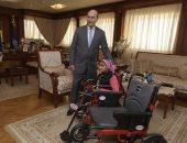 مميش يكرم بطلة ذوى الاحتياجات الخاصة بالإسماعيلية ويهديها كرسيا كهربائيا