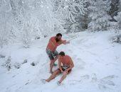 صورة اليوم.. السباحة فى الجليد هواية ولا انتحار؟