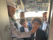 صور.. ولى عهد أبوظبى يداعب أحفاده خلال رحلتهم على متن طائرة