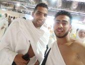 قارئ يشارك بصورته مع مؤمن زكريا لاعب الأهلى السابق خلال تأدية العمرة