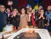 """صور.. نجوم مسرحية """"3 أيام فى الساحل"""" يحتفلون بعيد ميلاد المخرج مجدى الهوارى"""