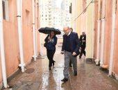 صور.. غادة والى تواجه سقوط الأمطار بمظلة خلال جولة مفاجئة بالإسكندرية