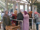 فيديو وصور..إجراءات أمنية وتفتيش حقائب الطلاب بجامعة عين شمس تزامنا مع عودة الدراسة