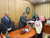 فيديو وصور.. وزير القوى العاملة ومحافظ المنوفية يسلمان 75 شهادة أمان للعمالة