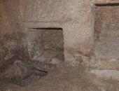 هل عاينت الآثار المقبرة المكتشفة بالقرب من أهرامات الجيزة؟.. الوزارة تجيب