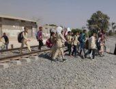 """صور.. أهالى عزبة دراو بالفيوم يطالبون بمزلقان سكة حديد: """"القطارات هتموتنا"""""""