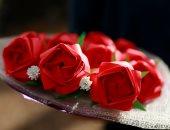 فى عيد الحب.. فلبينيون يعبرون عن حبهم الأبدى بباقات زهور ورقية