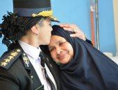 بالورود والأحضان.. الشرطة النسائية تخفف الألم عن مريضات الأورام بالصعيد