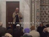 مصلٍ يلقى قصيدة عن النظافة الشخصية عقب خطبة الجمعة بالقاهرة الجديدة.. فيديو