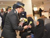 فيديو..الشرطة النسائية توزع الورود على مرضى الأورام بالصعيد