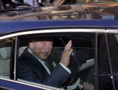 """صور.. """"متعلمش الدرس"""".. الأمير تشارلز داخل سيارته بدون حزام أمان بعد حادث والده"""