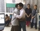 فيديو وصور.. صديقان هنديان يدخلان موسوعة جينيس بـ105 أحضان.. اعرف القصة