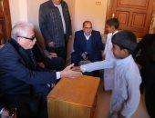 صور.. محافظ جنوب سيناء يلتقى أطفال البدو بقرية الرملة فى سرابيط والخادم