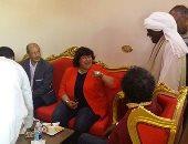 صور.. وزيرة الثقافة تستجيب لطلب مواطن بتناول الشاى بمنزله بزيارتها لأسوان