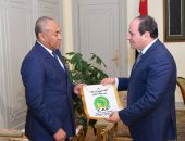 الاتحاد الأفريقى يبرز لقاء الرئيس السيسي مع أحمد أحمد رئيس الكاف