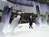 من الشاطئ للغابة للتماثيل العملاقة.. هكذا يستعرض كارل ليجرفيلد تصميمات Chanel