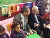 فيديو وصور.. وزير التعليم يشارك أطفال الحضانة بالجلوس داخل قاعة التدريس