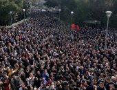 صور.. آلاف المحتجين يحاصرون مبنى البرلمان الألبانى للمطالبة باستقالة الحكومة