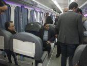 صور.. وزير النقل يستقل قطار الصعيد من محطة الجيزة ويستمع لشكاوى الركاب