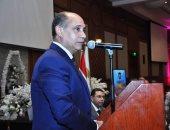 """وزير الطيران المدنى يكرم الزميلة رحاب نبيل محررة  """"اليوم السابع  """" بالمطار"""