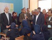 صور.. رئيس الوزراء يطالب بتخفيض أعداد الطلاب بفصول مدرسة الإمام الشافعى بالسويس