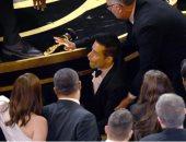 """""""العيون كلها بصاصة"""".. شاهد سقوط رامى مالك بعد استلامه جائزة الأوسكار"""