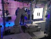 فيديو وصور.. روبوت بريشة رسام خلال المعرض العالمى للهواتف