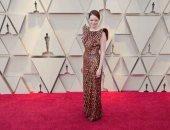 فستان إيما ستون بالأوسكار احتاج 712 ساعة عمل وحمل 30 ألف قطعة كريستال