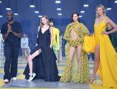 على طريقة سباق السيارات.. دار أزياء تعرض مجموعتها بأسبوع الموضة بباريس