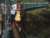 بوسة فى الهواء.. شاب وحبيبته يخوضان مغامرة رومانسية محفوفة بالمخاطر.. صور
