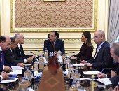 رئيس الوزراء يعقد اجتماعاً لوضع خطة لجذب الاستثمارات الأمريكية