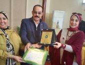 إدارة وسط التعليمية بالإسكندرية تمنح درع التميز لمديرة كلية النصر للبنات