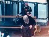 صدق أو لا تصدق.. فتاة تسرق سيدة أثناء الصلاة فى المسجد.. فيديو وصور