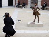 فى اليوم العالمي للمرأة.. لندن تحتفل بتمثال الفتاة الشجاعة والثور.. صور