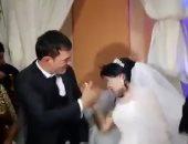 فيديو وصور.. شاب يضرب عروسته بحفل الزفاف بدلا من قبلة الزواج .. اعرف السبب