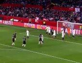 هدف كوميدى يهز شباك إشبيلية فى الدوري الأوروبى.. فيديو