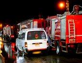 صور.. الحماية المدنية تسيطر على حريق باخرة نيلية بكورنيش المعادى