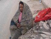 """صور.. """"احنا معاك"""".. قارئ يشارك بصور لمريضة سكر مشردة على رصيف فى المرج"""