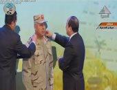 فيديو..الرئيس السيسي يرقى اللواء كامل الوزير إلى رتبة فريق