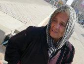 """قصة كفاح.. """"أم رضا"""" 65 عاما تجمع القمامة لتبيعها وتأكل بثمنها"""