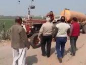فيديو.. رئيس مدينة قويسنا يضبط جرار كسح يلقى مياه الصرف داخل ترعة الرى