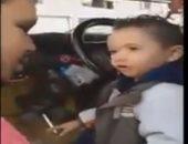رسالة للقومى للطفولة والأمومة.. طفل يشرب سجائر ويحمل سلاحا داخل ميكروباص