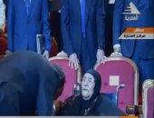فيديو.. الرئيس السيسى يقبل يد والدة شهيدين بالقوات المسلحة