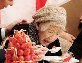 بتورتة الفراولة.. أكبر سيدة على وجه الأرض تحتفل بتكريمها من موسوعة جينيس..صور