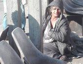 """""""احنا معاك"""".. قارئ يشارك بصور لسيدة  مشردة على رصيف موقف عبد المنعم رياض"""