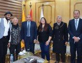 رئيس جامعة بني سويف يكرم الموسيقار هانى شنودة خلال احتفالية فنية